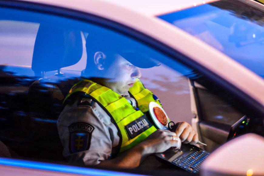 Naktinio reido Vilniuje metu nustatyti be teisių ar valstybinių numerių važiavę vairuotojai
