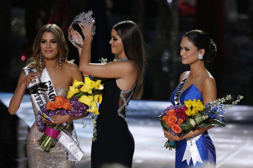 """""""Scanpix""""/AP nuotr./Paulina Vega nuima karūną nuo neteisingai nugalėtoja paskelbtos Ariadnos Gutierrez"""