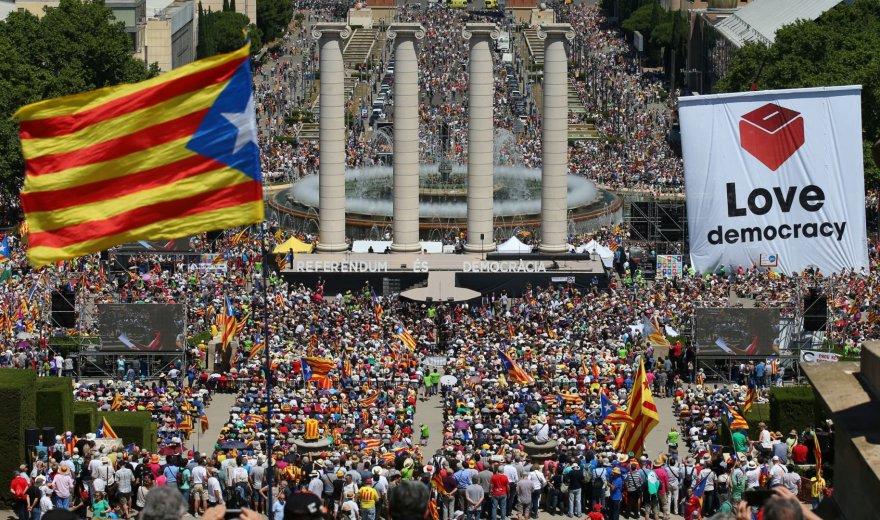 Barselonoje tūkstančiai reiškia paramą balsavimui dėl Katalonijos nepriklausomybės.