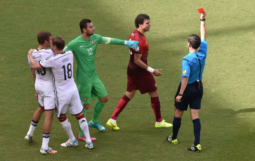 Teisėjas rodo Pepe raudoną kortelė