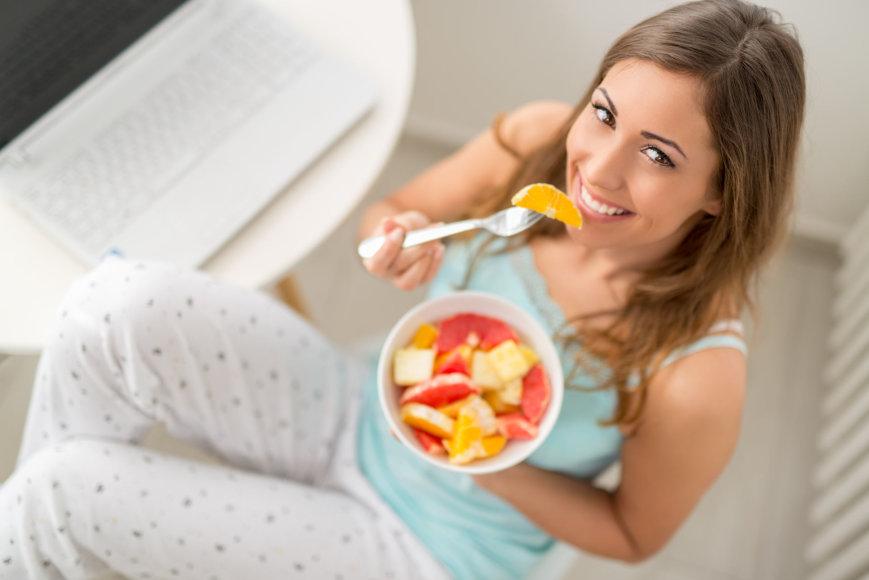 Moteris valgo pusryčius