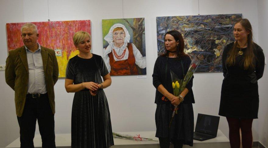 """Varėnos kultūros centro parodų salėje atidaryta menininkų Valdemaro Šemeškos, Alinos Daiker Gulbinienės ir Alessandro Rillo tapybos darbų paroda """"Antitesi"""""""