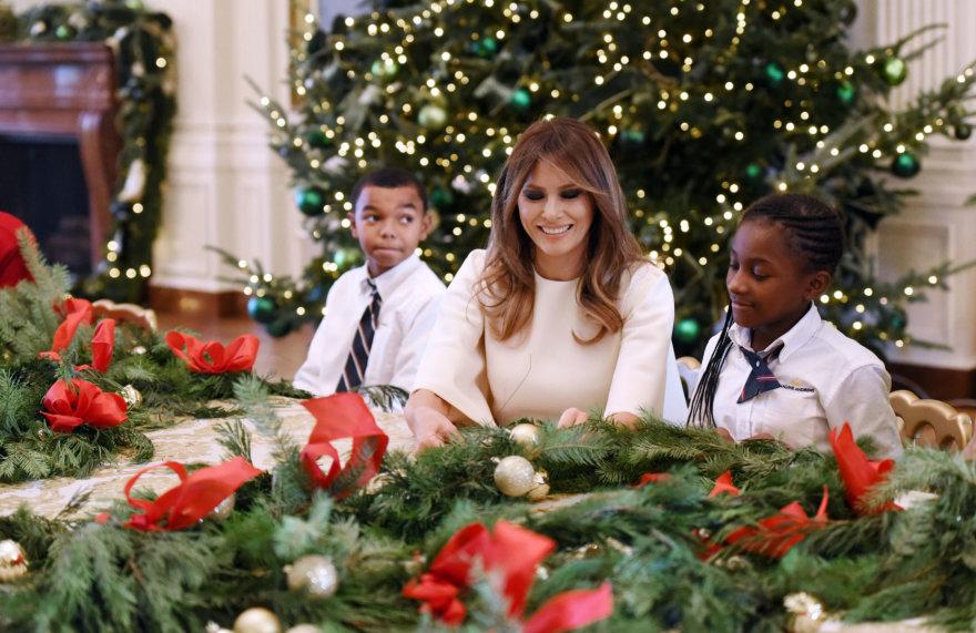 """""""Scanpix""""/""""Sipa USA"""" nuotr./Melania Trump su mažaisiais Baltųjų rūmų svečiais"""