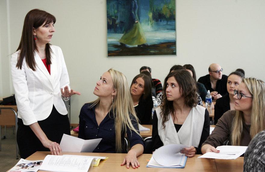 Šiaulių universiteto dėstytoja Janina Šeputienė (kairėje) su studentais. Zenono Ripinskio nuotr.