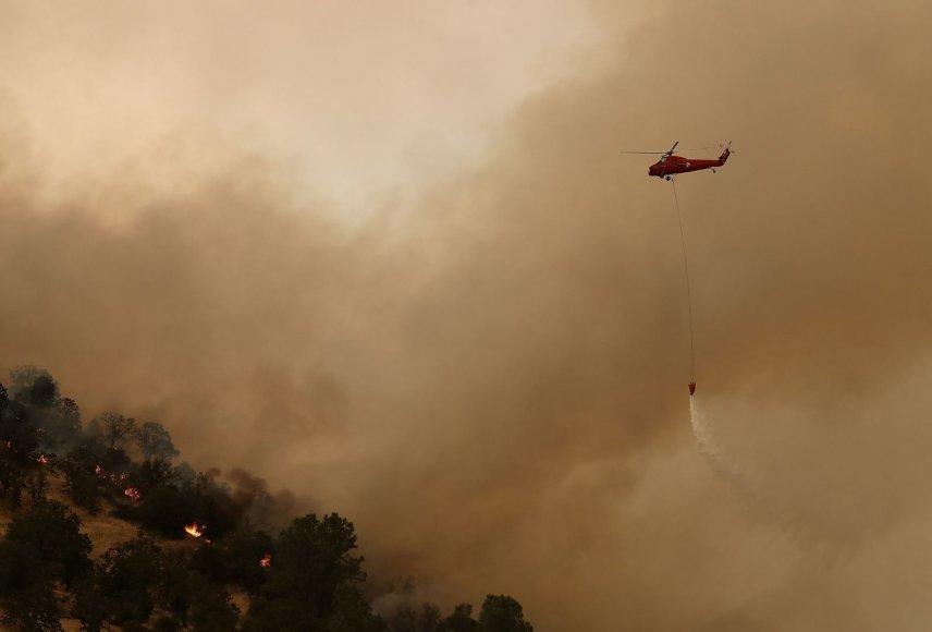 Kalifornijos ugniagesiams pavyko pristabdyti gaisrus netoli Josemičio nacionalinio parko