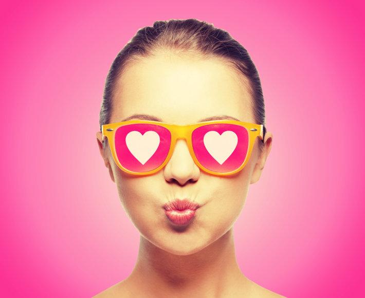 Mergina su rožiniais akiniais