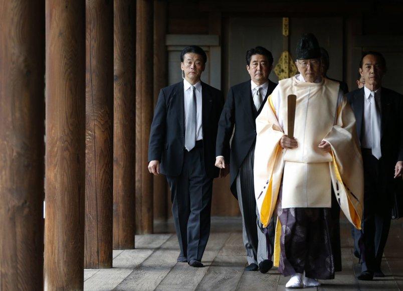 Japonijos ministras pirmininkas Shinzo Abe Jusukunio šventykloje