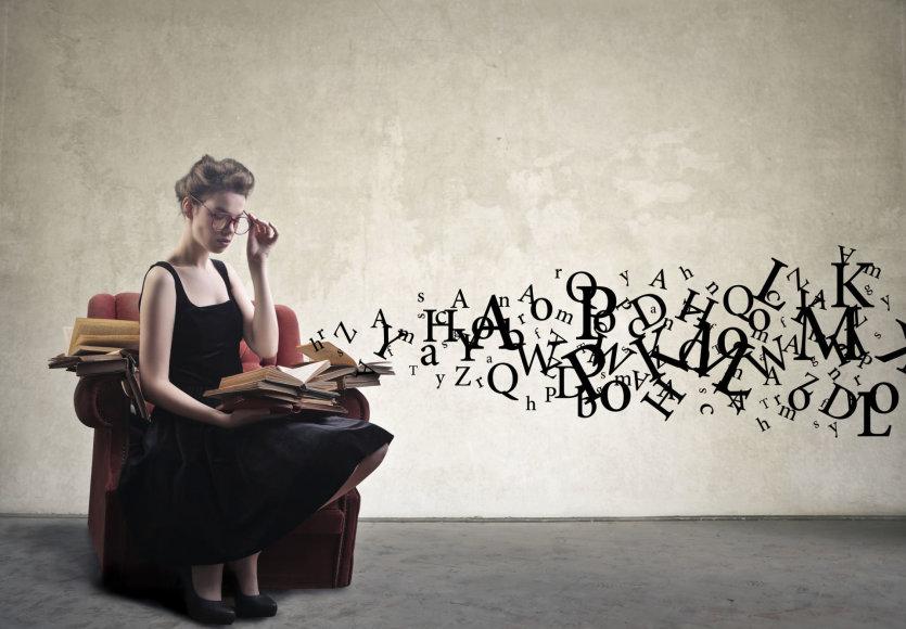 Moteris skaito knygą