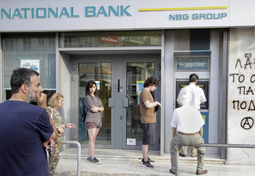 Eilė prie bankomato Graikijoje