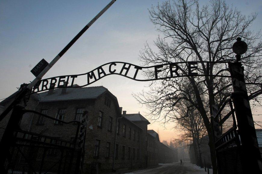 """""""Reuters""""/""""Scanpix"""" nuotr./Aušvice praėjus 72 metams po išvadavimo apsilankė buvę kaliniai"""