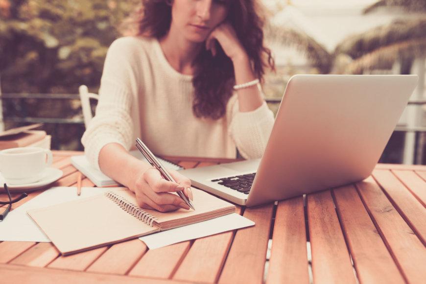 Fotolia nuotr./Moteris, dirbanti prie kompiuterio