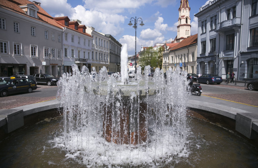 Vilniaus Rotušės aikštėje pradėjo veikti fontanas