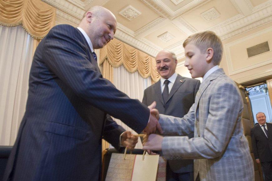 Baltarusijos prezidentas Aliaksandras Lukašenka su sūnumi Nikolajumi ir O.Turčynovu