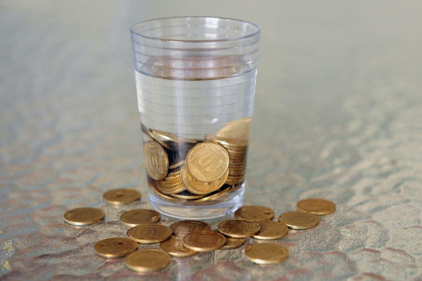 Monetos stiklinėje.