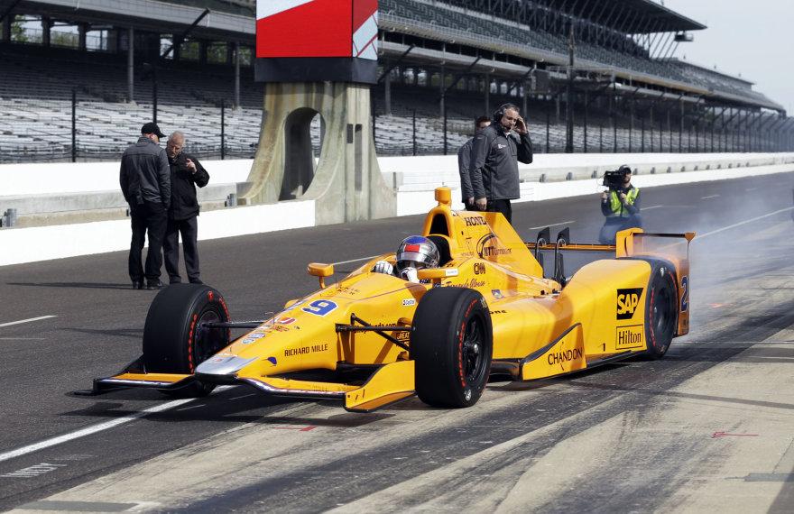 Fernando Alonso pasirodymas Indianapolio trasoje