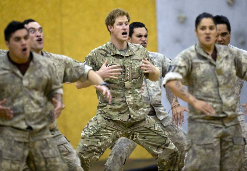 """Princas Harry šoko tradicinį maorių šokį """"haka"""""""