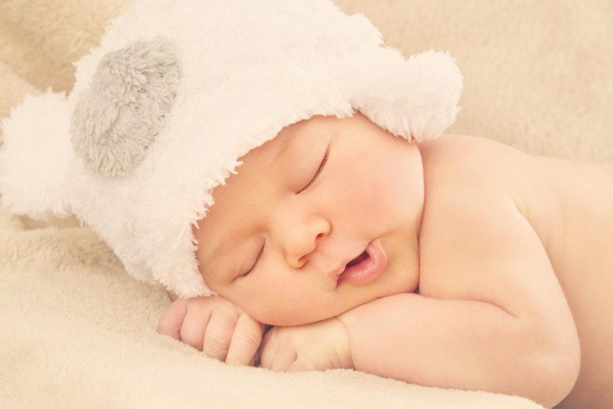 Miegantis naujagimis