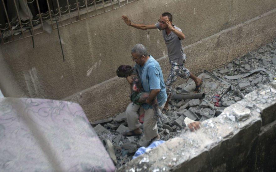 Palestiniečiai bando pasislėpti nuo bombardavimo