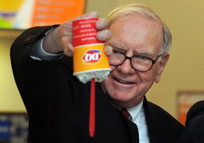 """Verslininkas Warrenas Buffettas džiaugiasi """"Dairy Queen"""" restorano desertu."""