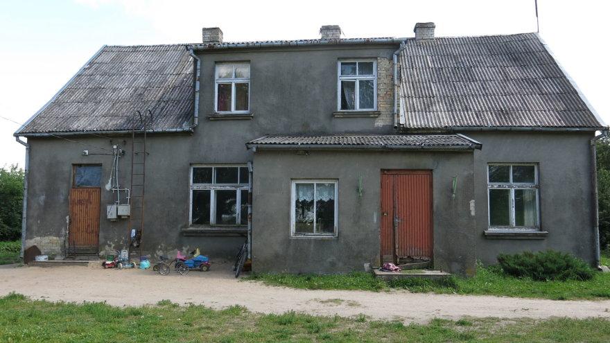 Senutėlis buvusios mokyklos, kurioje gyvena 17-kos vaikų šeima, stogas jau pradėtas remontuoti
