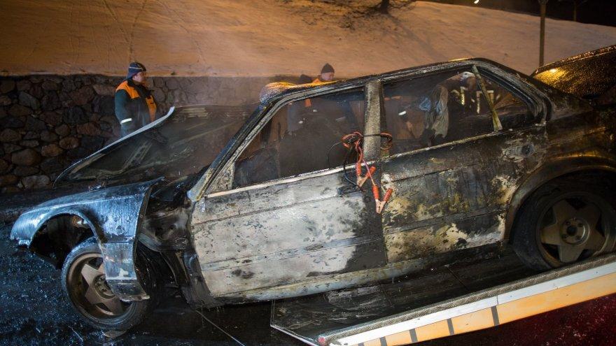 Į gatvės apšvietimo stulpus įsirėžęs BMW užsiliepsnojo ir sudegė
