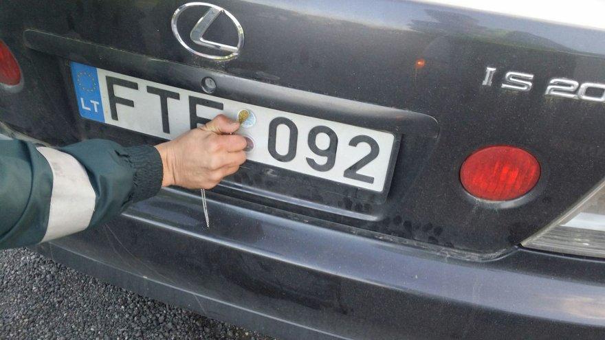 """Šis """"Lexus"""" paliktas be techninės apžiūros dokumentų ir lipdukų"""