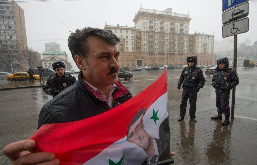 Sirijos diktatorių Basharą al Assadą palaikantis protestuotojas.