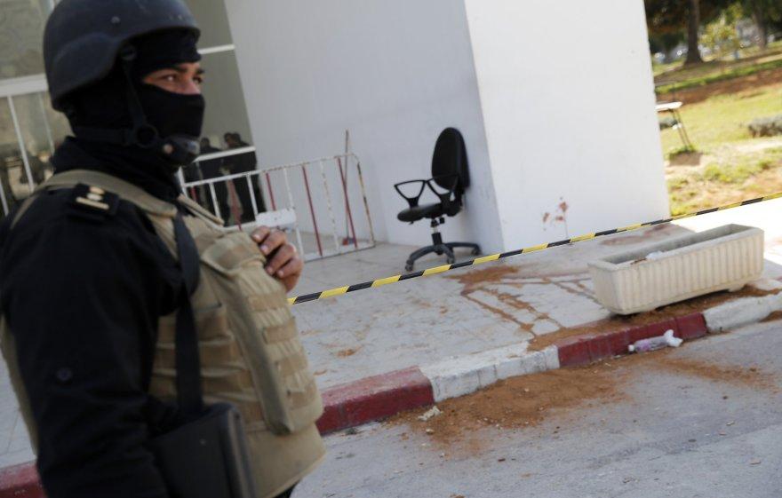 Tuniso policijos pareigūnas saugo teritoriją prie Bardo muziejaus.
