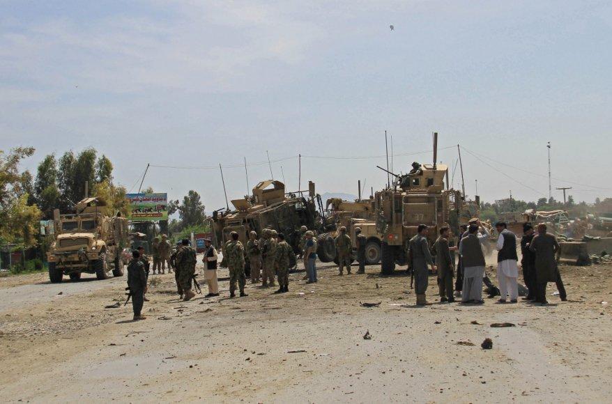 Afganistane savižudis sprogdintojas taikėsi į NATO automobilių koloną.