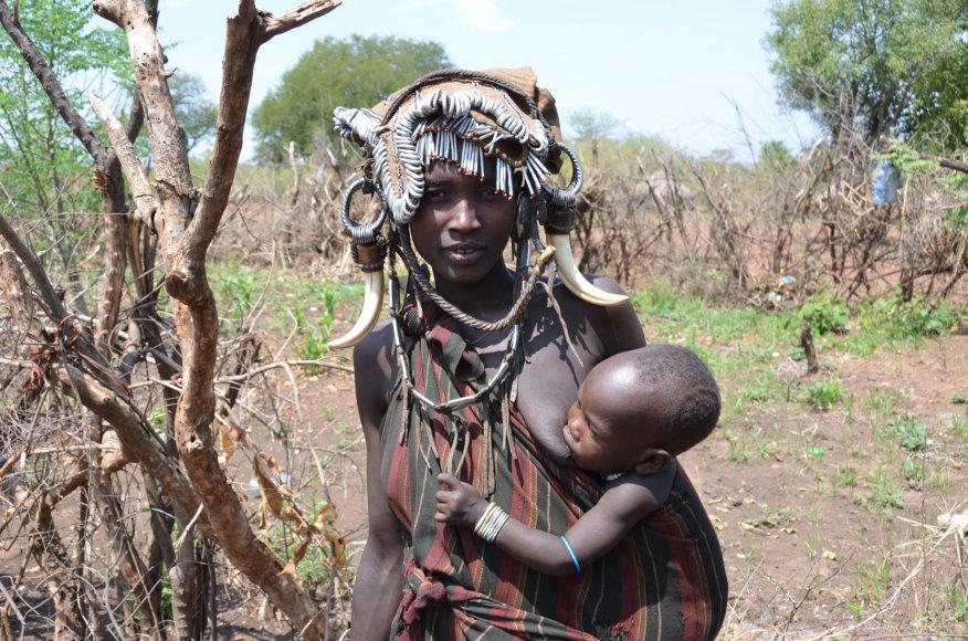 Etiopija. Mursi genties moteris ir kūdikis