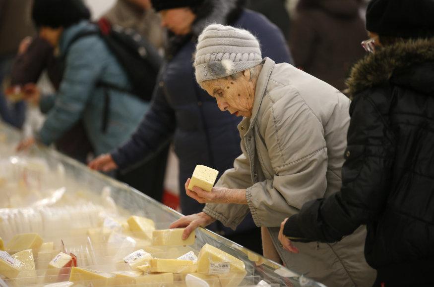 Moteris prancūziškų sūrių parduotuvėje Maskvoje