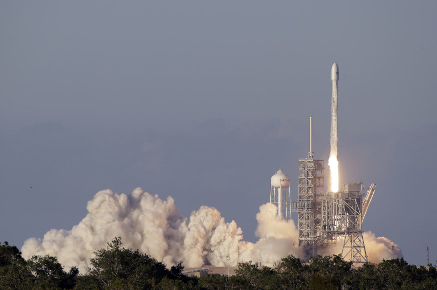 """""""SpaceX"""" raketa iškelia į orbitą ryšių palydovą"""
