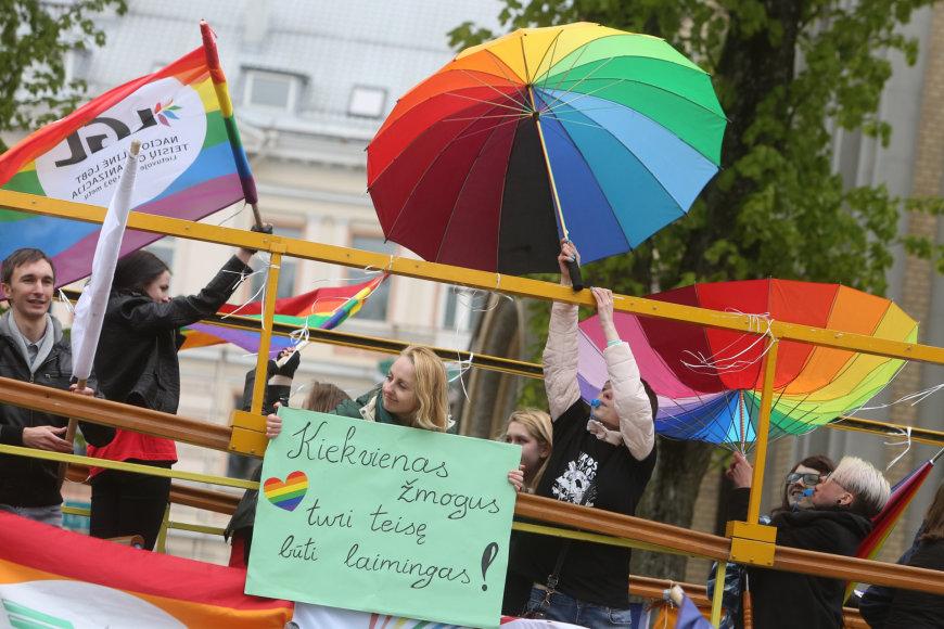 Asociacijos LGL vaivorykštės spalvų autobusas prie Santuokų rūmų