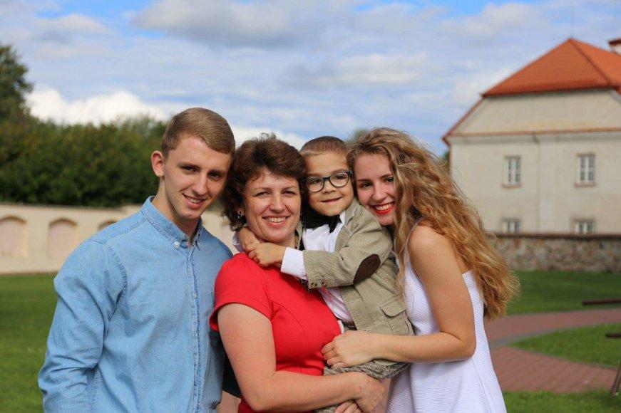 Gustas su šeima