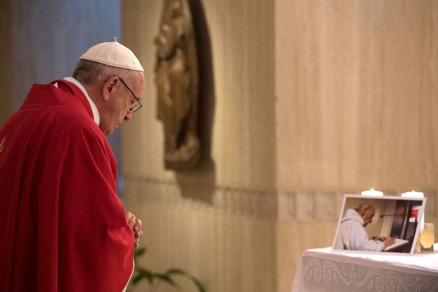 Popiežius meldžiasi prieš Jacques'o Hamelio nuotrauką