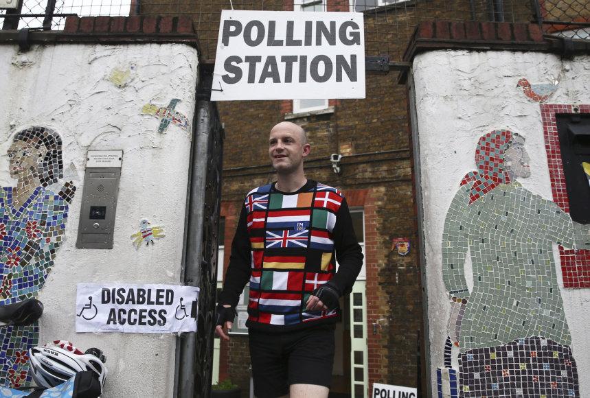 Britanijos rinkėjai pradėjo balsuoti istoriniame referendume dėl tolesnės šalies narystės Europos Sąjungoje