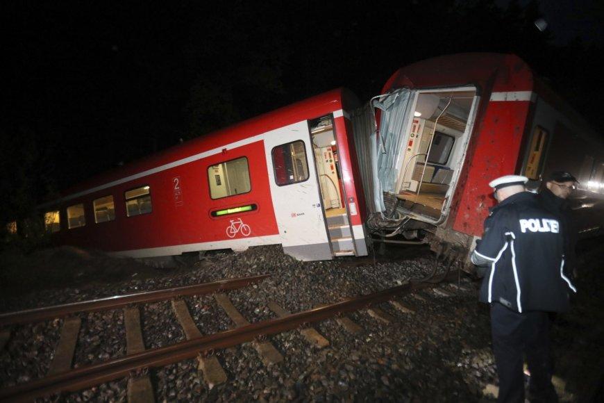 netoli Štadtrodos Vokietijos rytuose vėlai penktadienį nuo bėgių, kuriuos užpylė žemės nuošliauža, nuvažiavo regioninis traukinys.