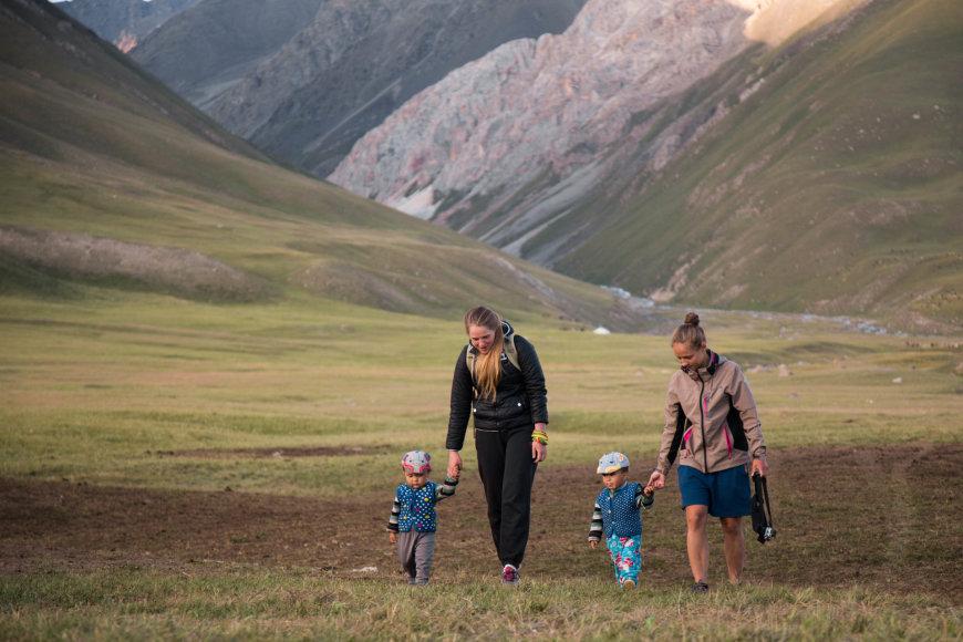 """VšĮ """"Špikis"""" nuotr./Merginos su mažaisiais Kirgizijos vyrais"""