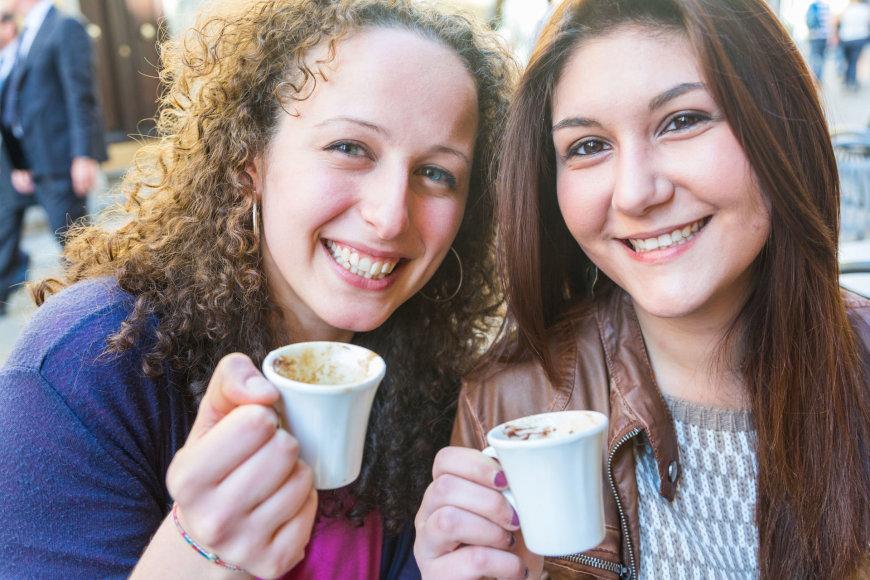 123fr.com nuotr./Sėdėdami kavinėse Romoje pusryčiauja dažniausiai tik turistai