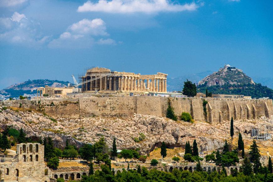 Tolumoje matyti Akropolis