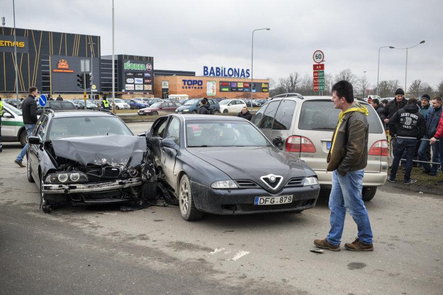 """Panevėžyje susidūrus BMW ir """"Alfa Romeo"""" automobiliams, į ligoninę išvežtos trys mažametės"""