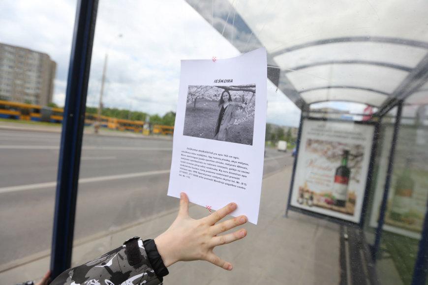 Juliaus Kalinsko / 15min nuotr./Vilniaus Fabijoniškių rajone – dingusios gimnazistės paieškų ženklai
