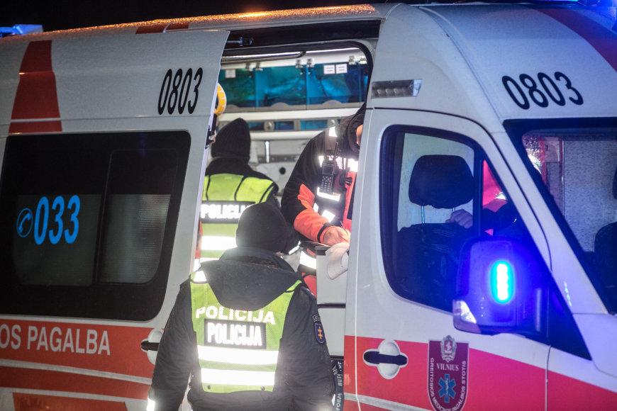 Vilniuje į elektros stulpą rėžėsi automobilis