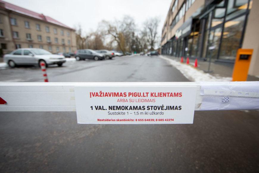 """NT vystytojai užtvėrė automobilių stovėjimo aikštelę šalia """"Pigu.lt"""" parduotuvės Žvėryne"""