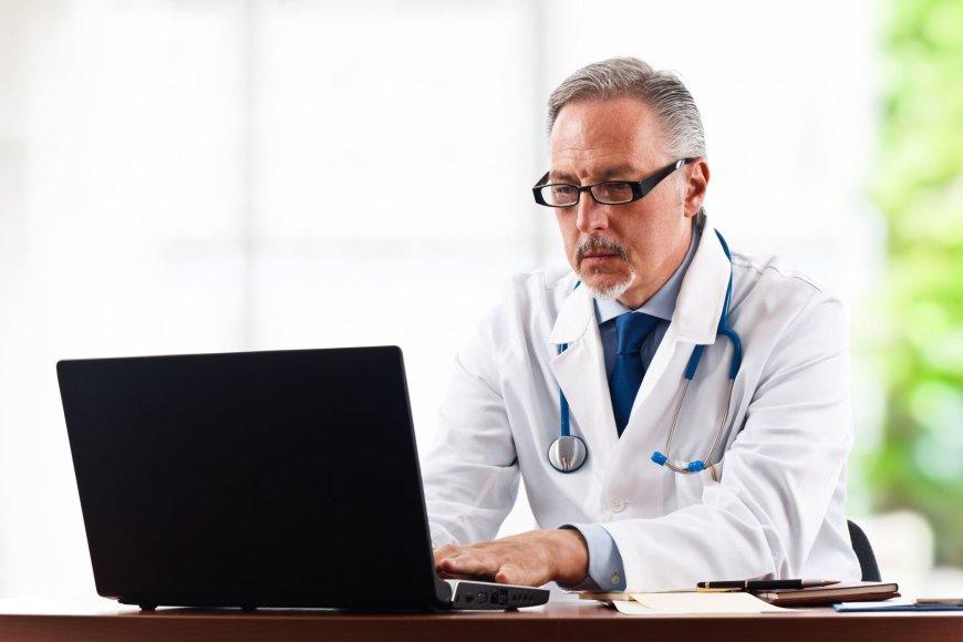Gydytojas dirba kompiuteriu