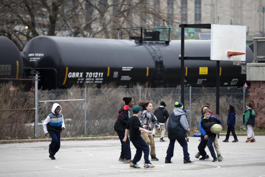 Naftą gabenančio traukinio cisterna Filadelfijoje