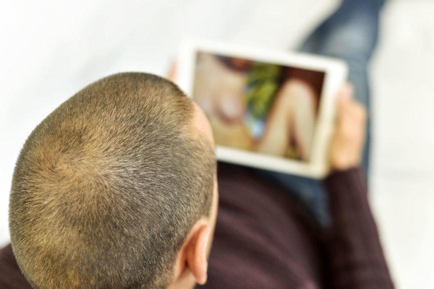 Pornografiją žiūrintis vyras
