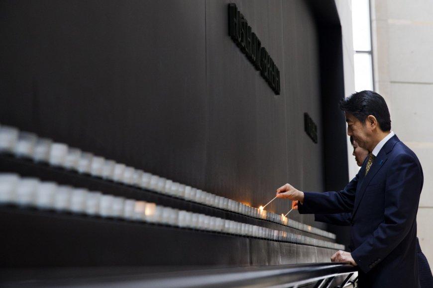 Shinzo Abe pagerbė Holokausto aukų atminimą.