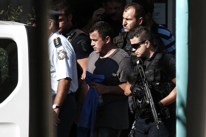 Graikijos policijos pareigūnai veda sulaikytą Turkijos karininką