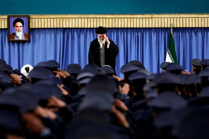Irano ajatola Ali Khamenei atiduoda pagarbą karinių oro pajėgų nariams